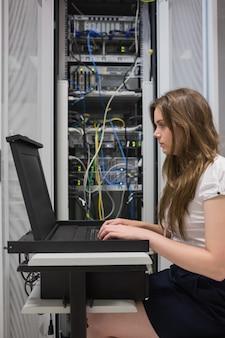 Женщина, проверяющая серверы