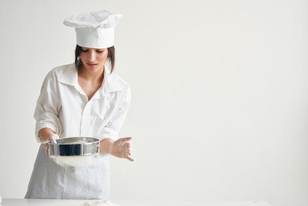 Женщина-повар пекарь готовит профессиональную выпечку