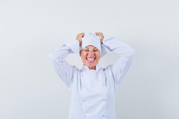 흰색 유니폼 머리에 손을 잡고 운이 찾고 여자 요리사