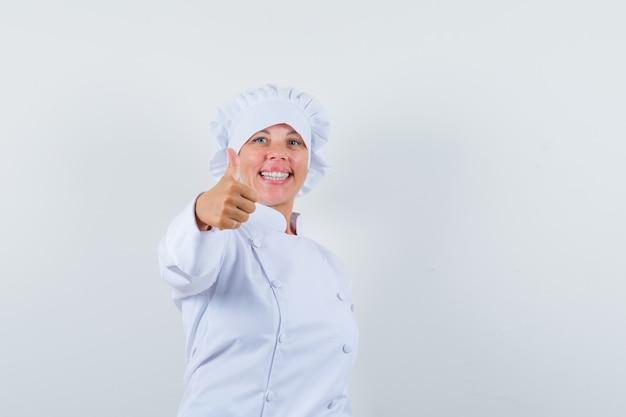 親指を立てて幸せそうに見える白い制服を着た女性シェフ