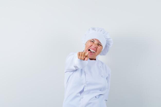 白い制服を着て正面を向いて幸せそうに見える女性シェフ。