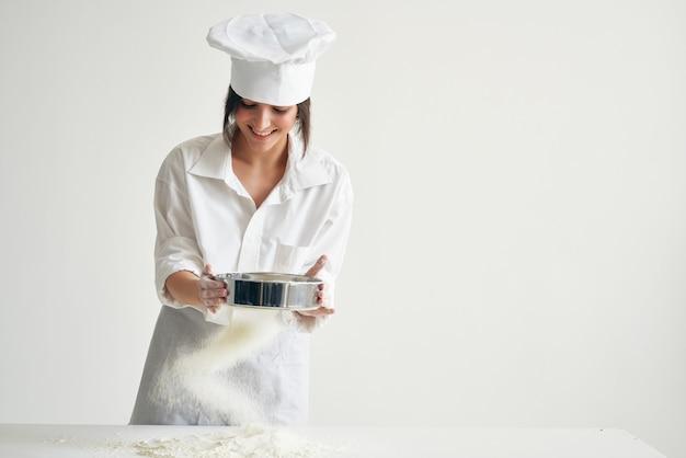 小麦粉の専門家と協力して生地を練る女性シェフ