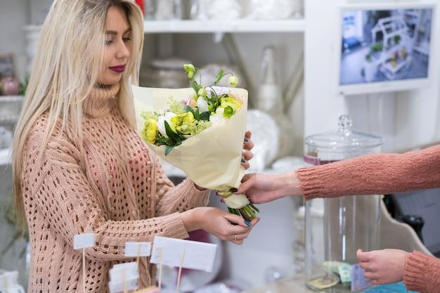 お店で牡丹とあじさいの花束を選ぶ女性。小さな花のビジネス。女性のパワースタートアップの概念