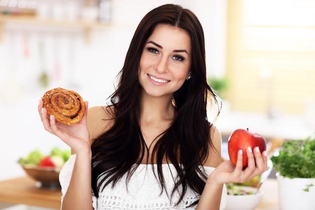 シナモンロールとアップルのどちらかを選ぶ女性