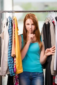 Женщина выбирая одежду в магазине