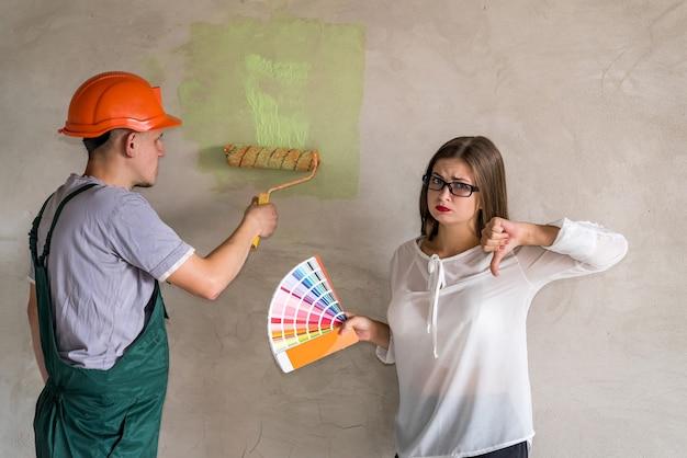 Женщина выбирает цвет для покраски стен в квартире