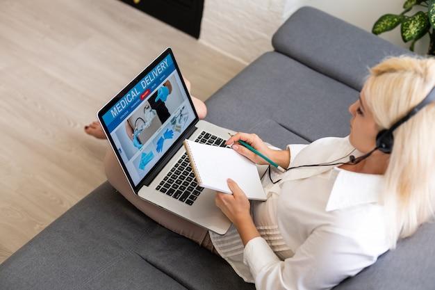 薬を選択する女性オンライン医薬品。オンラインでの薬や薬の購入。