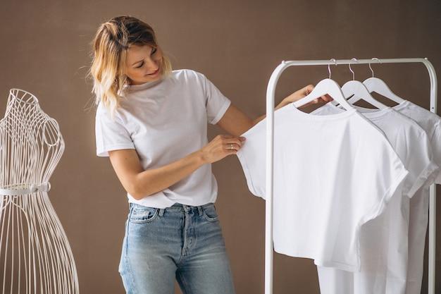 흰 셔츠를 선택하는 여자