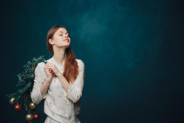 女性クリスマスツリースタジオポーズ