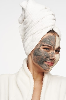 Женщина чистая кожа косметика спа-процедуры дерматология уход белый