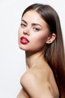 Женщина чистая кожа красные губы мода крупным планом спа-процедуры свет
