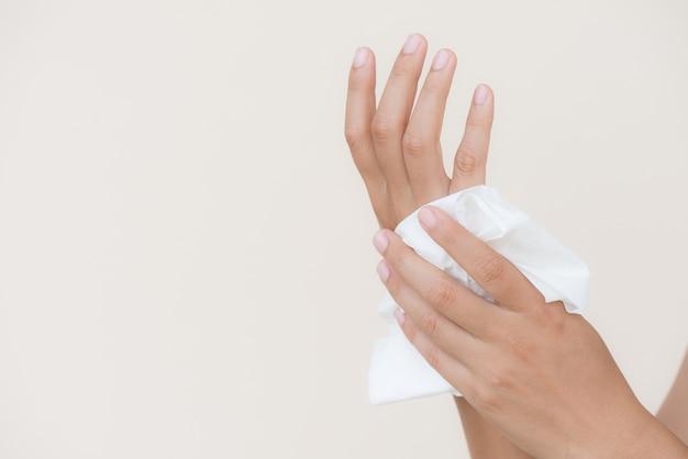 Женщина чистит руки с помощью ткани