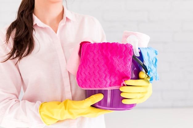 Женщина убирает свой дом