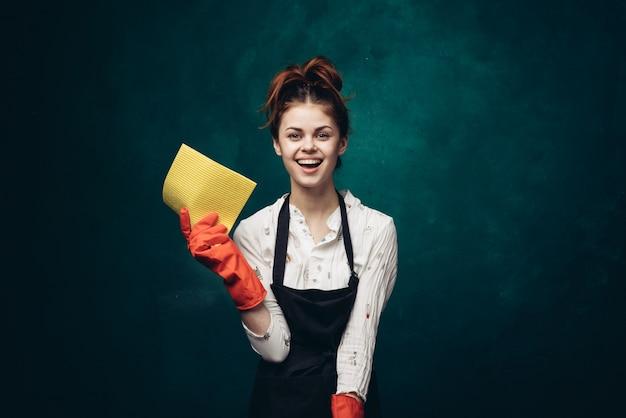 Женщина уборщица дома, уборщица костюм, резиновые перчатки
