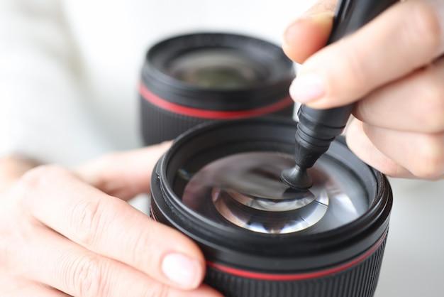 특별 한 연필 근접 촬영으로 카메라에 렌즈를 청소하는 여자