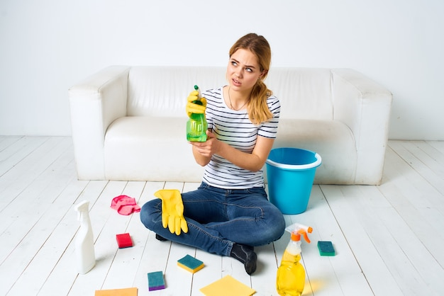 家を掃除する女性