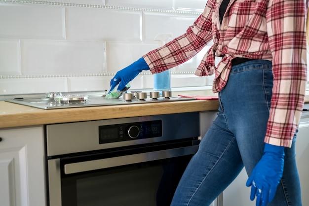 女性は台所で掃除します。清潔さの概念 Premium写真