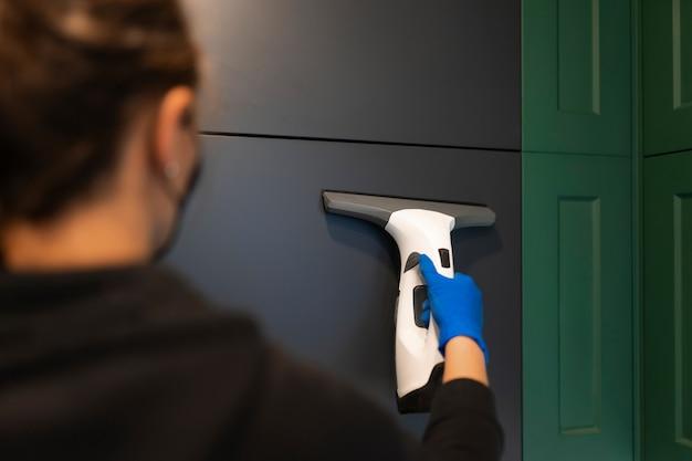 Женщина чистит кухонные шкафы