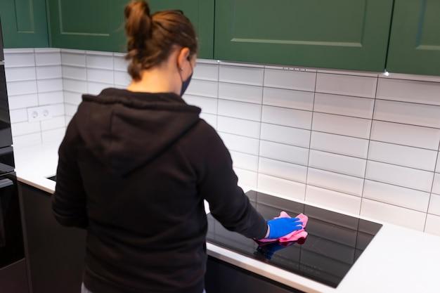 女性が台所を掃除する