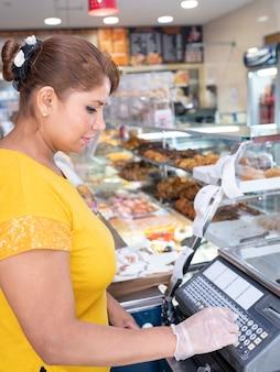 과자 가게에서 여자 점원