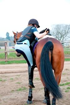 말에 등산하는 여자