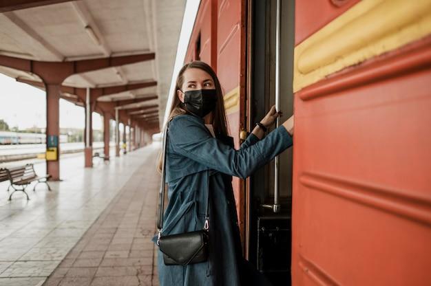 女性が電車の階段を上る