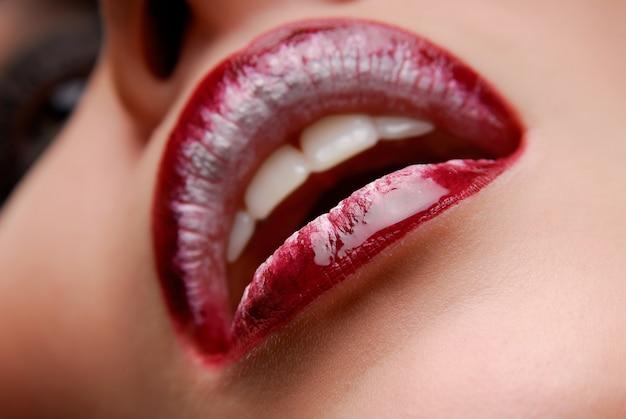 Bocca del primo piano della donna. rossetto claret. labbra umane.