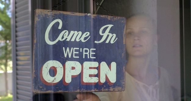 Женщина, закрывающая магазин или кафе