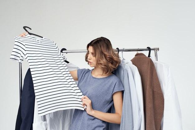 Женщина вешалка для одежды покупки изолированный фон