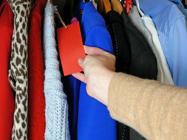 女性の服、さまざまな服のワードローブ、家庭用品、クローゼットの中の服の選択、クローズアップ