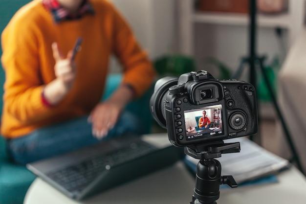 Женщина-тренер или психолог проводит онлайн-конференцию и записывает Premium Фотографии