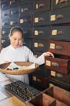 Женщина собирает сухие ингредиенты