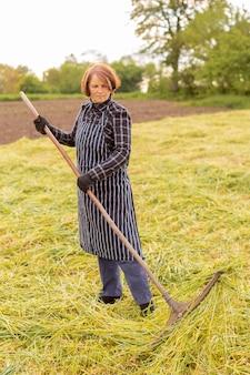 草を集める女性