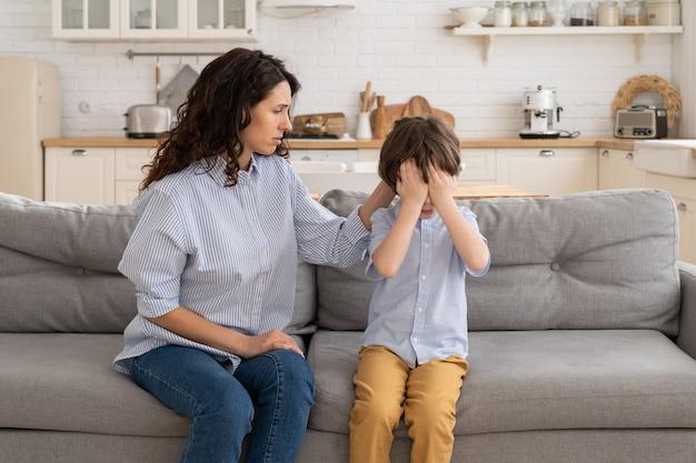Женщина утешает плачущего сына