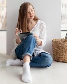 Женщина придумывает новые идеи для блога в помещении