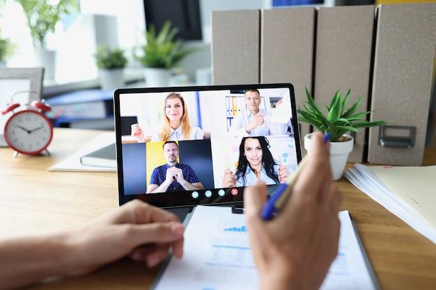 Женщина общается с коллегами через конференц-связь на удаленных встречах с цифровым планшетом