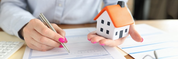 여자는 부동산 보험 계약 근접 촬영을 체결