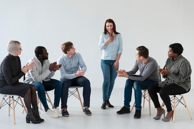 Женщина исповедуется перед другими пациентами