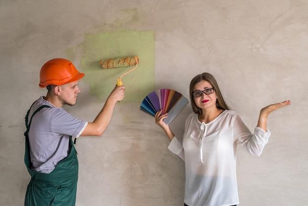 벽의 색깔에 혼란스러워하는 여자