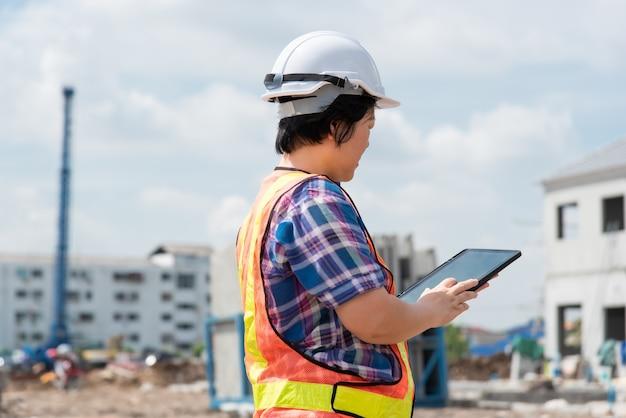 Женщина инженер-строитель на строительной площадке