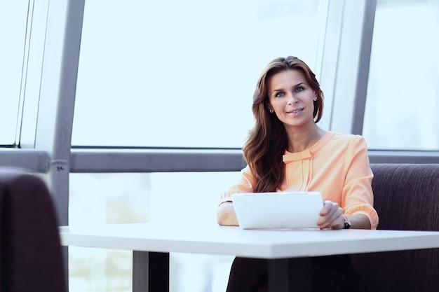 職場でデジタルタブレットを使用している女性コンサルタント