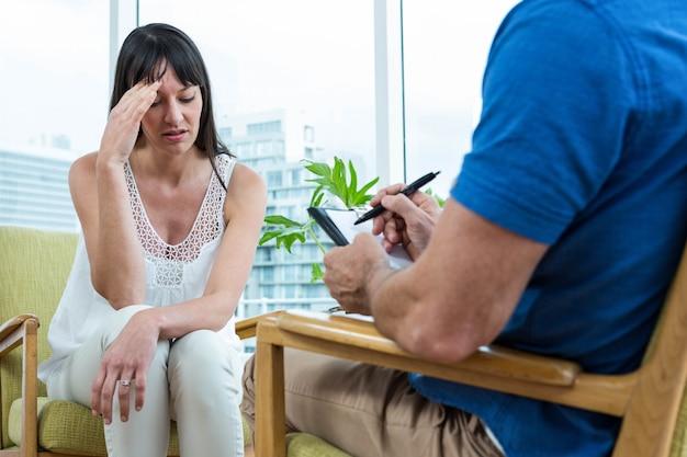 Женщина консультируется с терапевтом в клинике