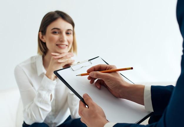 Женщина консультирует пациента психология проблемы со здоровьем стресс