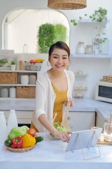 Женщина готовит по уроку виртуального онлайн-мастер-класса,