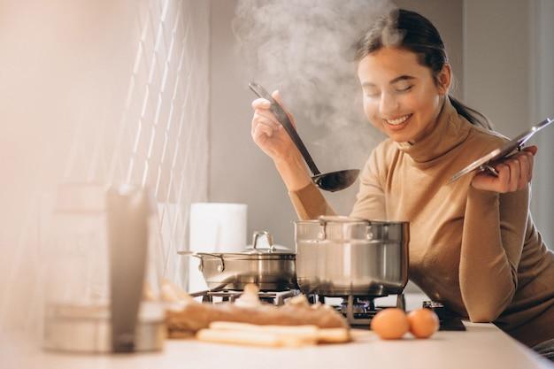 부엌에서 요리하는 여자
