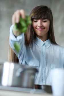 キッチンで料理をしている女性