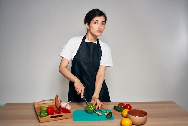 まな板を食べて健康的な料理をする女性