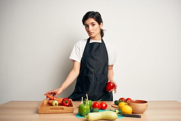 Женщина готовит здоровое питание изолированный фон