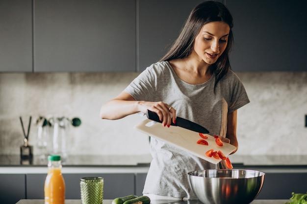 自宅でランチを調理する女性