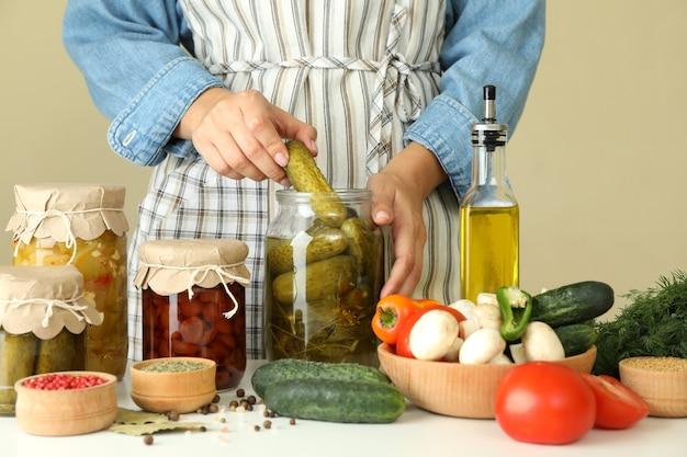 절인 오이와 다른 야채를 요리하는 여자